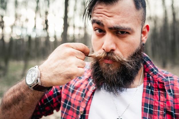 Hipster holzfäller axt kettensäge bart bart Kostenlose Fotos