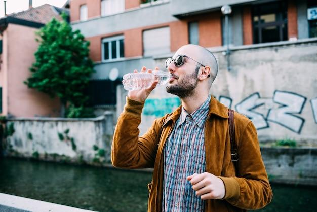 Hipster mann im freien Premium Fotos