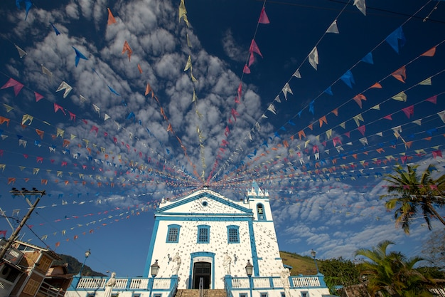 Historische kirche mit bunten fahnen geschmückt Premium Fotos