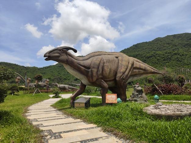 Historische skulpturen von dinosauriern im freien in whale Premium Fotos