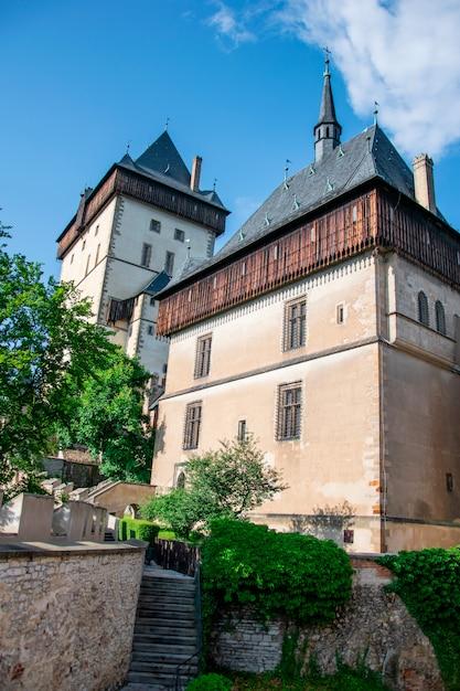 Historisches gotisches schloss in karlstejn, tschechische republik Premium Fotos