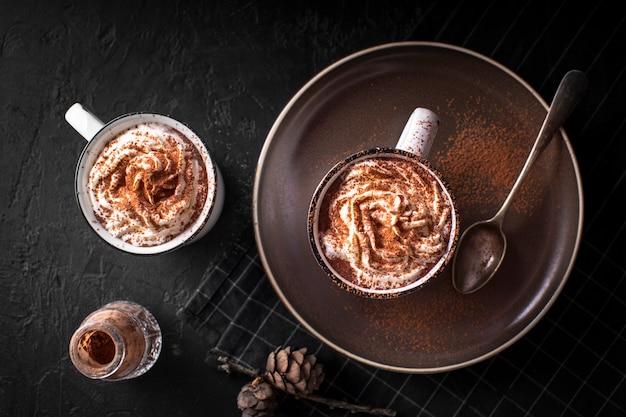Hoc pralinen mit schlagsahne und kakaopulver Kostenlose Fotos