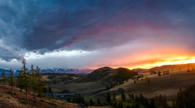 Hochebene altai ukok schöner sonnenuntergang mit bergen Premium Fotos