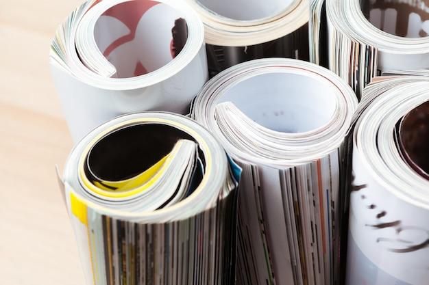 Hochglanzmagazin mit gerollten seiten Premium Fotos