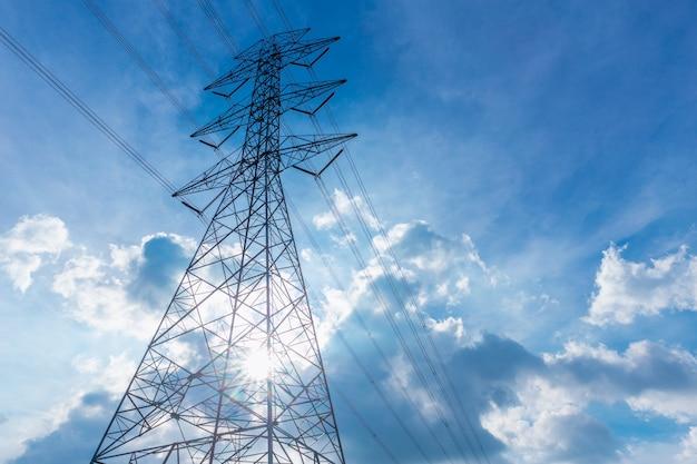 Hochspannungsstromleitung schattenbild mit blauem wolkenhimmel Premium Fotos
