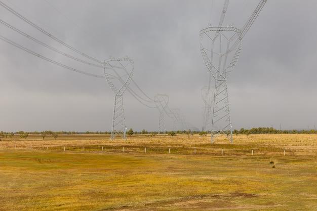 Hochspannungstürme typische industrielandschaft Premium Fotos
