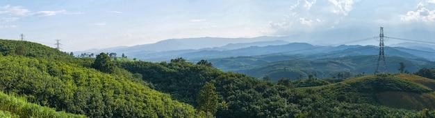 Hochspannungsturm und berg im wald Premium Fotos