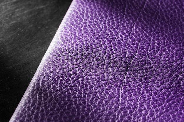 Hochwertiges violettes ledermaterial auf dunklem hintergrund Kostenlose Fotos