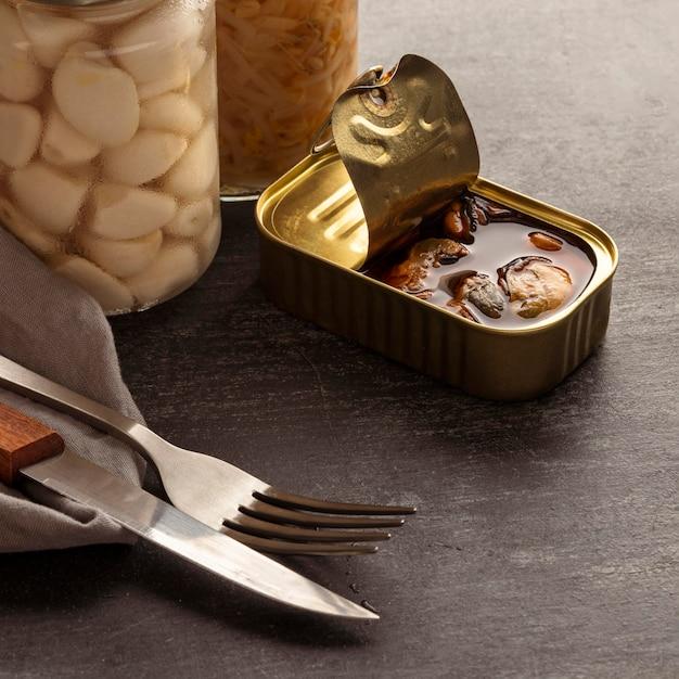 Hochwinkel konservierte fischdose mit besteck Kostenlose Fotos