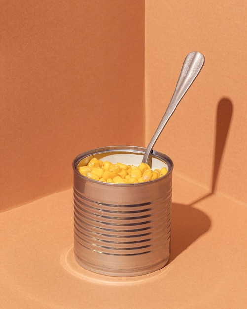 Hochwinkel konservierter mais in dose mit gabel Kostenlose Fotos