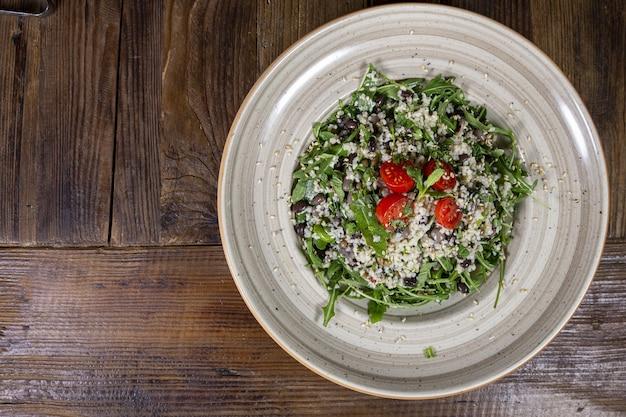 Hochwinkel-salat mit tomaten, sonnengetrockneten tomaten, avocado, spinat, truthahn und sesam Kostenlose Fotos
