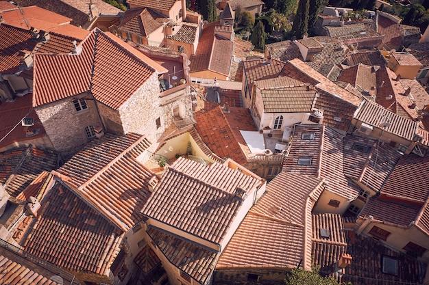 Hochwinkelaufnahme der schönen steinhäuser der gemeinde roquebrune-cap-martin in frankreich Kostenlose Fotos