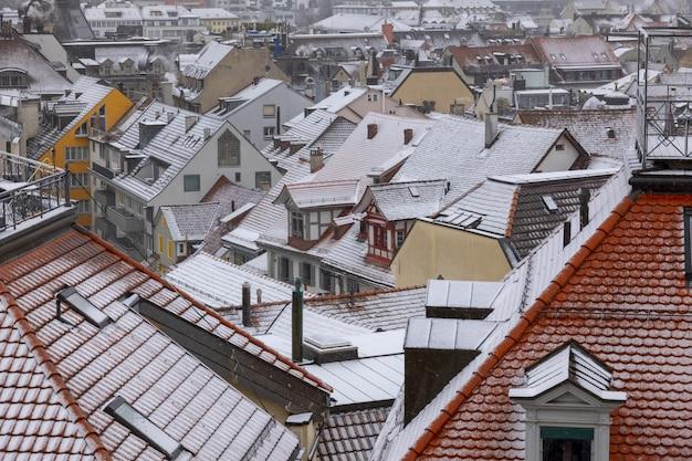 Hochwinkelaufnahme des stadtbildes von st. gallen, schweiz im winter mit schnee auf dächern Kostenlose Fotos
