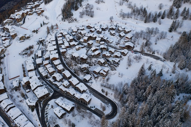 Hochwinkelaufnahme des verschneiten wintersportdorfes sainte-foy-tarentaise in den alpen in frankreich. Kostenlose Fotos