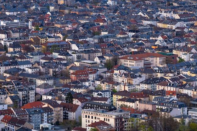 Hochwinkelaufnahme eines stadtbildes mit vielen gebäuden in frankfurt, deutschland Kostenlose Fotos
