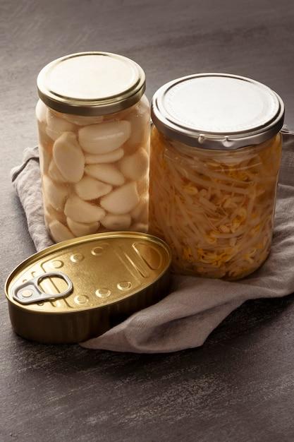 Hochwinkelkonservierte lebensmittel in dosen und gläsern Premium Fotos