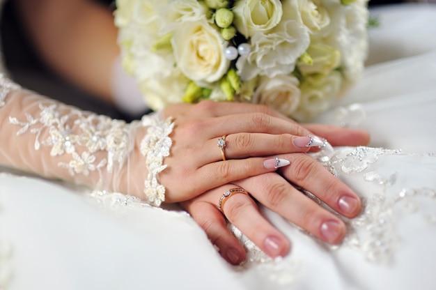Hochzeit blüht blumenstrauß in den braut-händen mit weißem kleid Premium Fotos