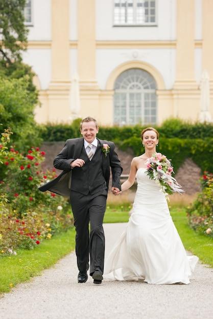Hochzeit, braut und bräutigam in einem park Premium Fotos