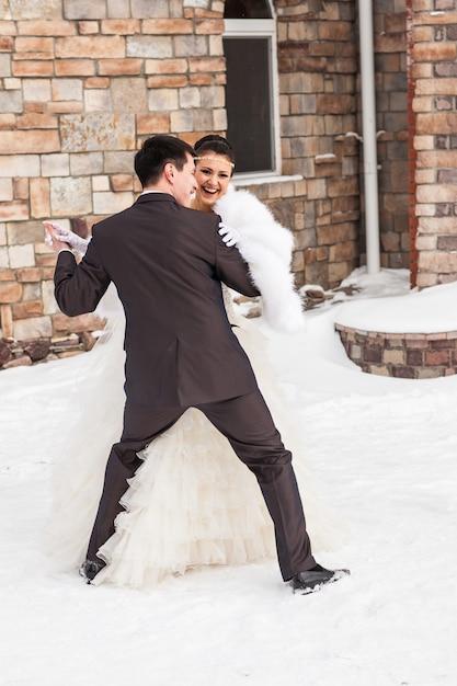 Hochzeit braut und bräutigam tanzen liebevolles paar am winter braut tag. genieße den moment des glücks. Premium Fotos