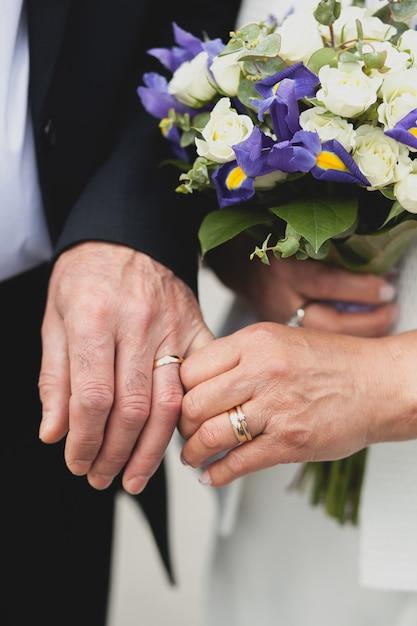 Hochzeit der älteren menschen, hält die braut einen schönen blumenstrauß. Premium Fotos