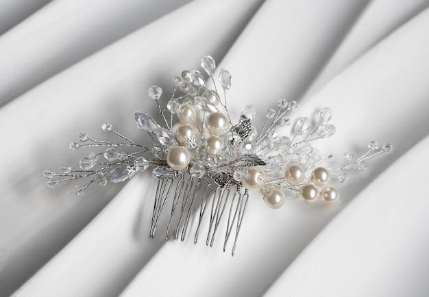 Hochzeit haarspange, schmuck mit perlen und accessoires. Premium Fotos