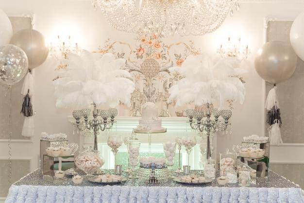 Hochzeit schokoriegel tisch. kuchen und andere süßigkeiten Premium Fotos