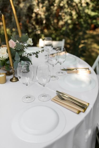 Hochzeits-bankettisch für gäste draußen mit blick auf grüne natur Premium Fotos