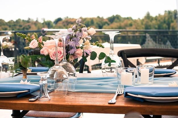 Hochzeits- oder ereignisdekorationstabelleneinrichtung im freien Premium Fotos