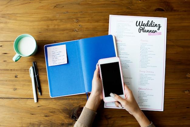 Hochzeits-planer-checklisten-papier auf holztisch Premium Fotos
