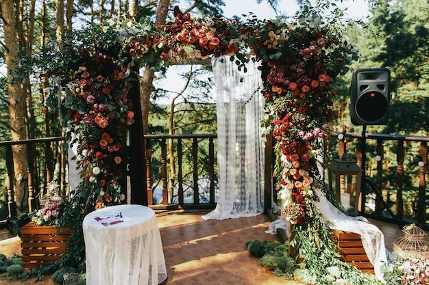Hochzeitsaltar gemacht vom bunten speerworts und vom weißen vorhang Kostenlose Fotos