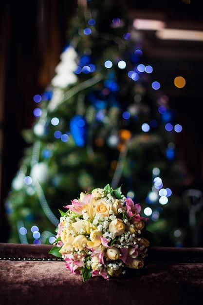 Hochzeitsblumenstrauß auf einem hintergrund des weihnachtsbaums Premium Fotos