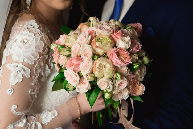 Hochzeitsblumenstrauß, bouqet von schönen blumen an einem mittwoch Premium Fotos