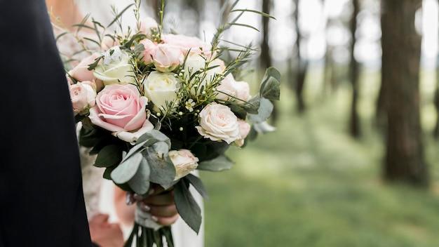 Hochzeitsblumenstrauß draußen Kostenlose Fotos