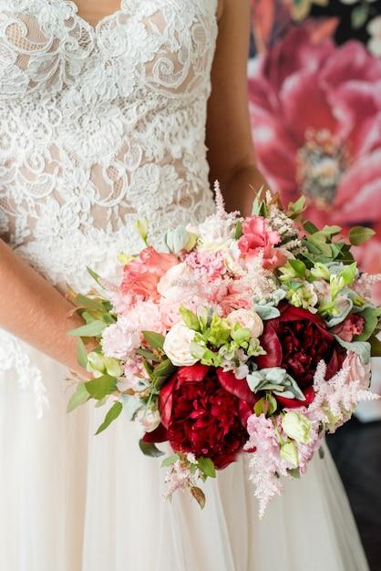 Hochzeitsblumenstrauß in den händen der braut, david austin Premium Fotos