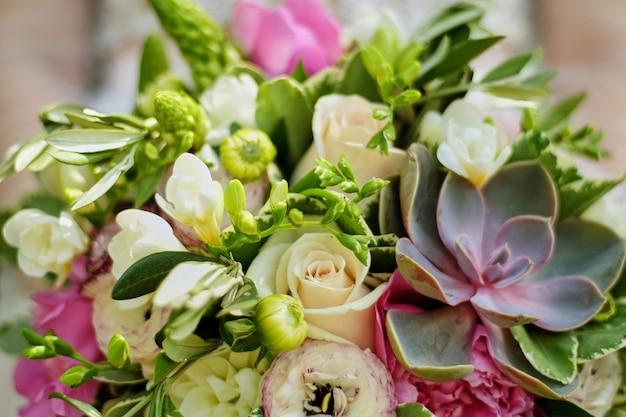 Hochzeitsblumenstrauß in den händen der braut mit succulents Premium Fotos