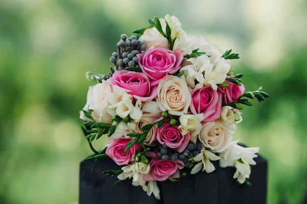 Hochzeitsblumenstrauß mit den weißen und rosa rosen und anderen bunten blumen Premium Fotos
