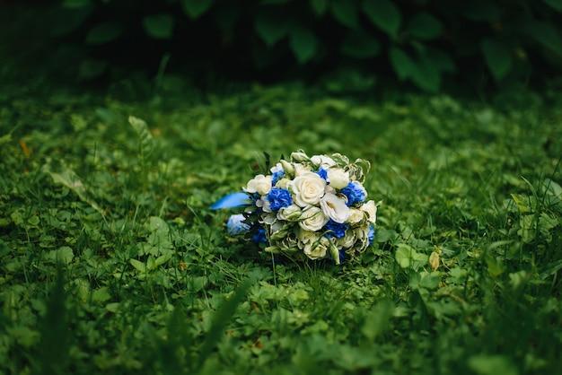 Hochzeitsblumenstrauß mit weißen rosen und blauen blumen Premium Fotos