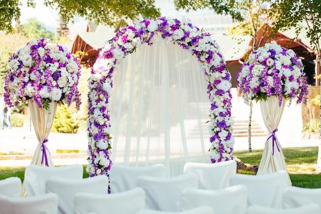 Hochzeitsbogen. schöne hochzeitszeremonie. Premium Fotos