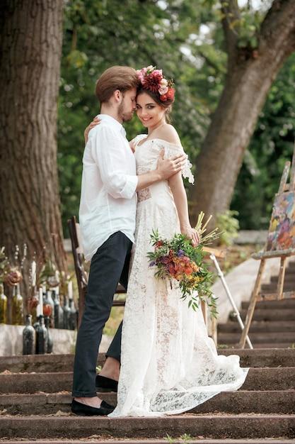 Hochzeitsdekoration im stil von boho, blumengesteck, verzierte tabelle im garten. Kostenlose Fotos