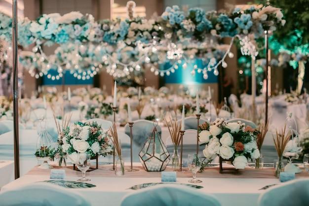 Hochzeitsdekoration tisch mit blume Premium Fotos