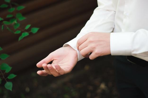 Hochzeitsdetails - elegantes bräutigam gekleidetes hochzeitstuxedokostüm Premium Fotos