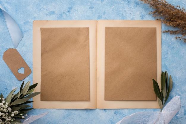 Hochzeitseinladungskarte auf tisch Kostenlose Fotos