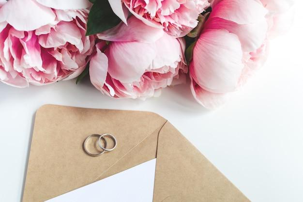 Hochzeitseinladungskonzept Premium Fotos