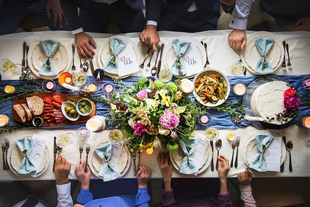 Hochzeitsempfang-tabelle, die draufsicht der luft einstellt Premium Fotos