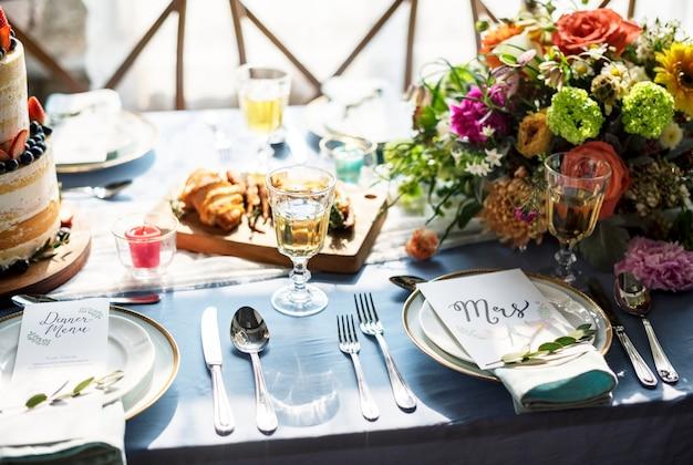 Hochzeitsempfangstabellensetplatte mit menü Premium Fotos