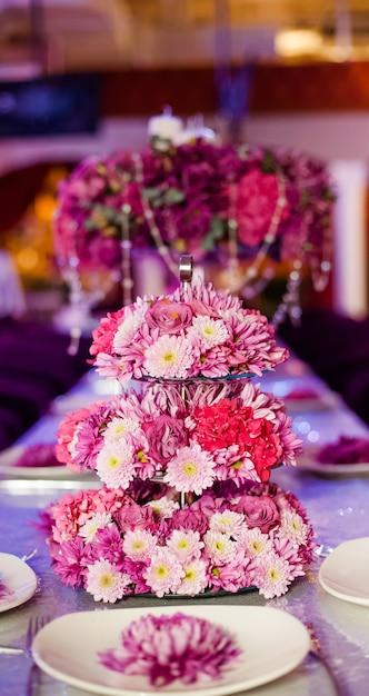 Hochzeitsfesttabellenblumen auf dem tisch. Premium Fotos