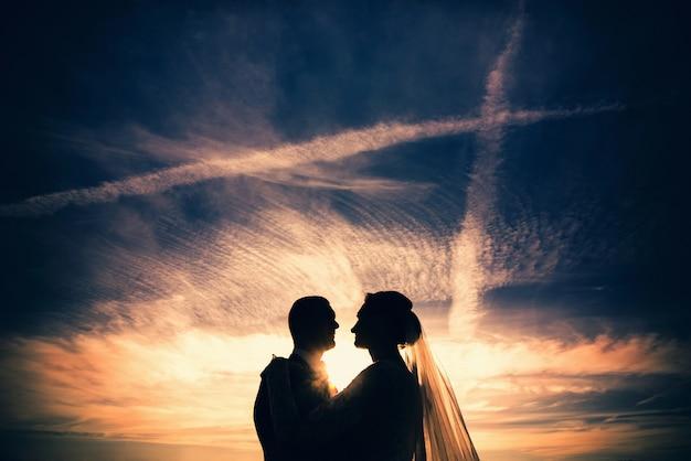 Hochzeitsfoto, glückliche braut und bräutigam zusammen Premium Fotos