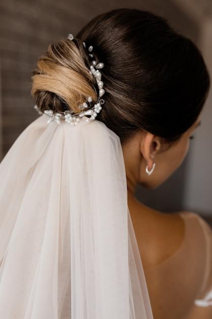Hochzeitsfrisur für eine brunettefrau mit einem schleier Kostenlose Fotos