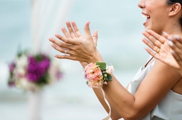 Hochzeitsgäste, die für die braut und den bräutigam klatschen Kostenlose Fotos