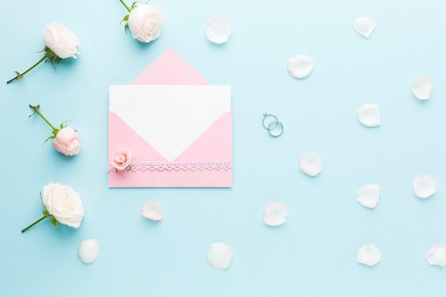 Hochzeitskarte und blumen Kostenlose Fotos